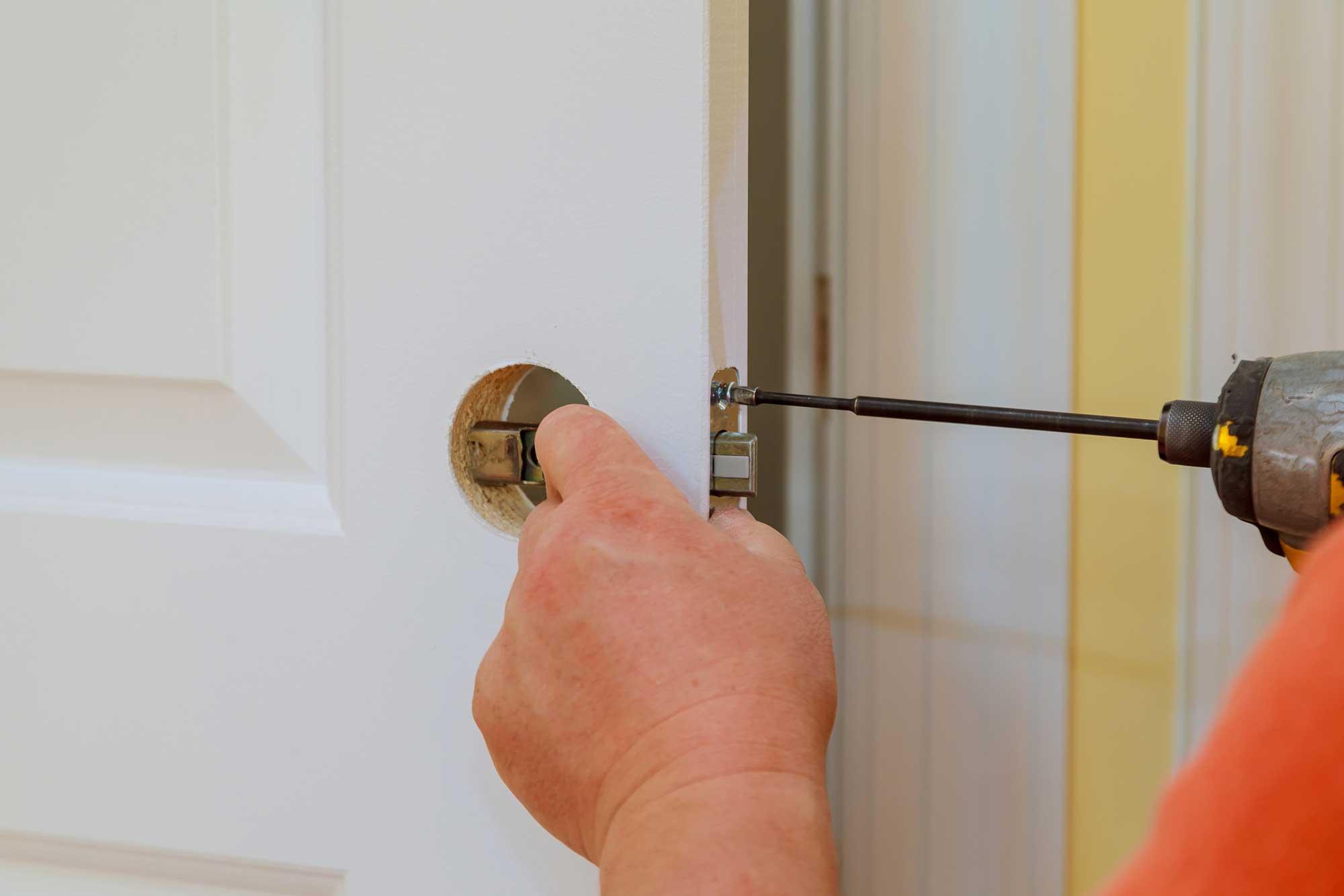 Cómo instalar una manivela en una puerta