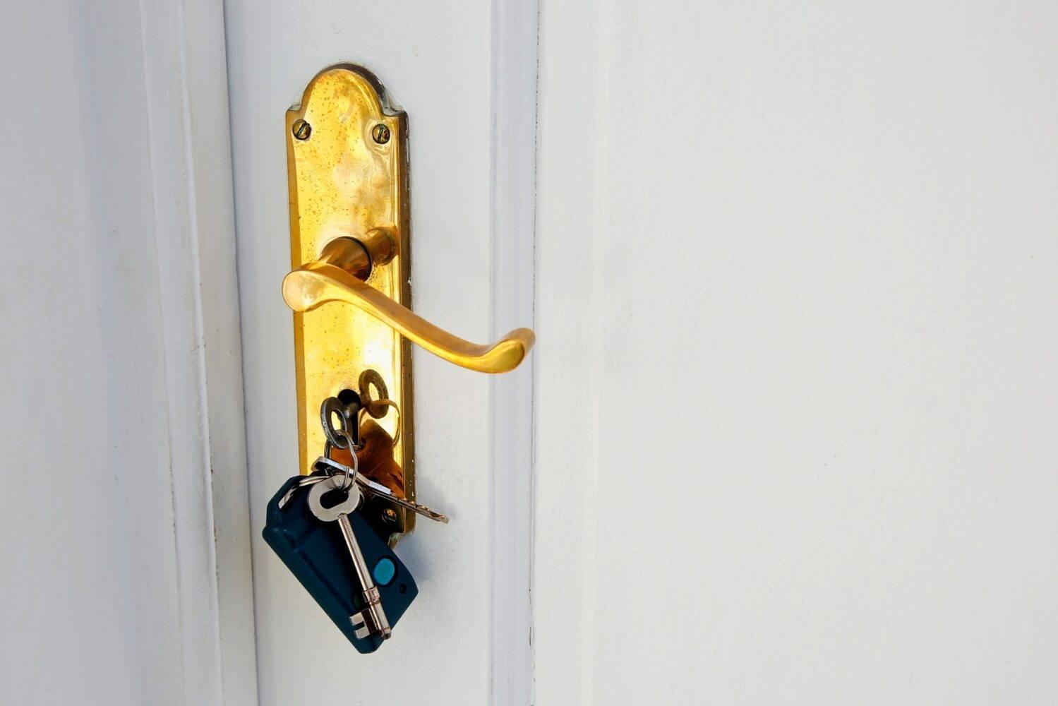 Cómo abrir una puerta con la llave por dentro.
